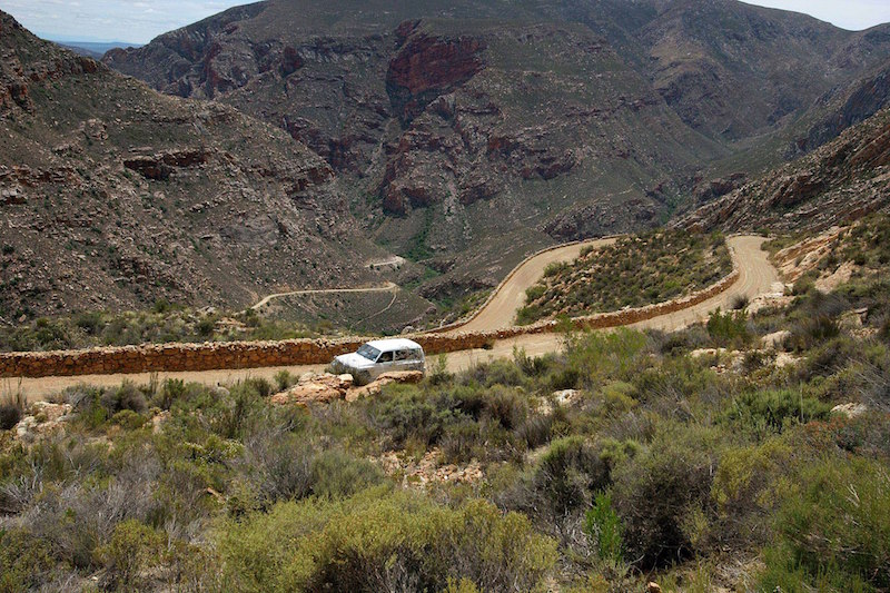 The zig-zags on the Prince Albert side of the Swartberg Pass. Photo: South African Tourism from South Africa [CC BY 2.0 (https://creativecommons.org/licenses/by/2.0)]